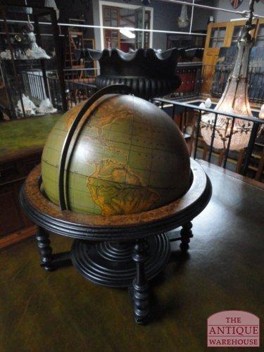 antieke globe in stoel