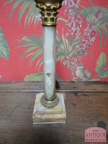 antieke marmeren corintische zuil lamp